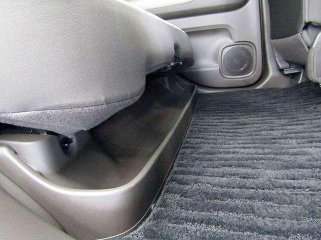 後席の足元には濡れた傘や汚れてしまった靴などを収納できるスペースがあります。