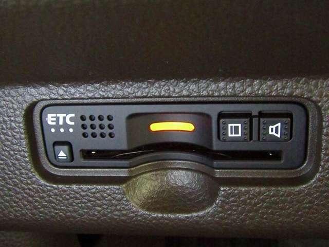 デザインスッキリのビルトイン『ETC』!高速道路の特典はもちろん、料金所でわざわざ窓を開けなくてもいいです。 小銭の用意もしなくていいのでキャッシュレスでスピーディーに料金所を通過可能です!