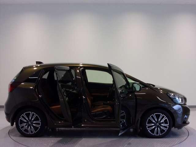 Honda独自のセンタータンクレイアウト&低床設計で運転席も後席も楽々乗り降りできます。ドアも大きく開きますので、一段と乗り降りがしやすいです。