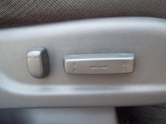 運転席はパワーシートなのでドライビングポジションにも楽々合わせることができます♪