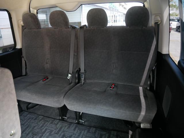 4列目シート(片側は畳んでいます。シートは合計で10席です)