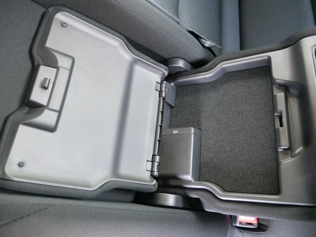 後列ドリンクホルダーは蓋を開けることで小物入れにもなります。