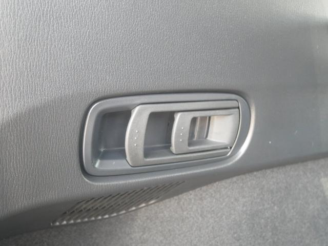 トランク左側のレバーを引くことで、後列左側と中央部を畳めます。