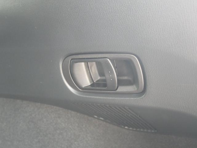 トランク右側のレバーを引くことで、後列右側を畳めます。