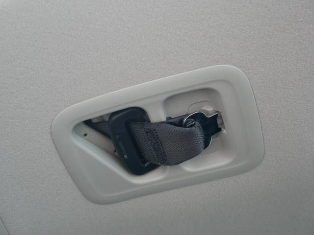 3列目に3人座る時は中央に座る人用のシートベルトをここから出してください。