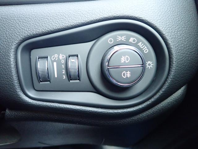 ライト点灯のAUTOボタンで自動点灯します!