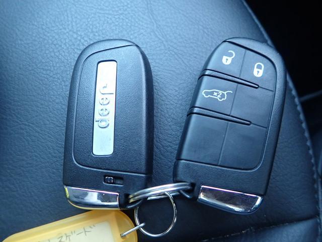 スマートキー&プッシュスタート!ドアハンドルを軽く握るだけでドアロックを解錠でき、施錠はドアハンドルのロックスイッチを押すだけでブレーキを踏みながらエンジンスイッチを押すだけで、エンジンが始動!