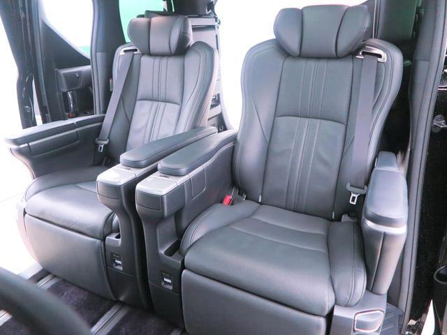【後部座席】セカンドシートは足元を伸ばせるオットマン付きのエグゼクティブシートです!高級ソファの様な座り心地となっております。