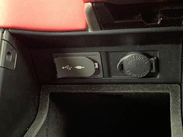 ☆コンソールボックス内にはUSB端子が付いているので携帯、スマホの充電に便利