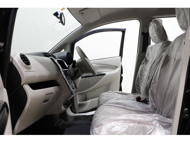 ベンチシート: 運転席と助手席は足元が繋がっているので自由に行き来が可能です!助手席側からスムーズに乗り降り出来て便利です!!
