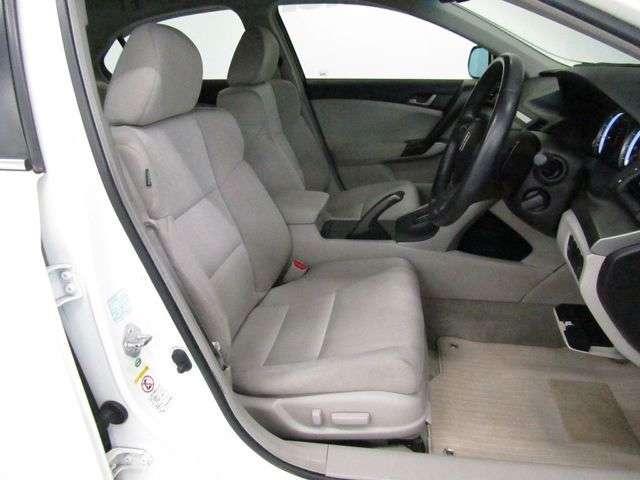 運転席に、シートの高さ(前・後部)、前後スライド、リクライニング等を調整できる8ウェイパワーシートを備えています。