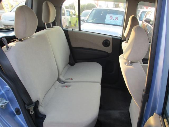 後部座席側。