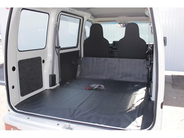 後部座席を折りたたむとかなりのスペースになりますよ。