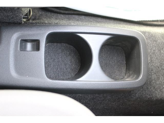 運転席と助手席の間に2つのカップホルダーがありますよ♪