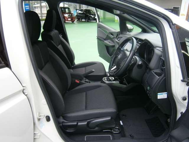 運転席は、大きな座面と包み込むような背もたれが、ドライバーの身体全体をしっかり支えます。上質なシート素材と座り心地のよいクッションを採用し、長時間の運転やコーナーの多い道も快適です。