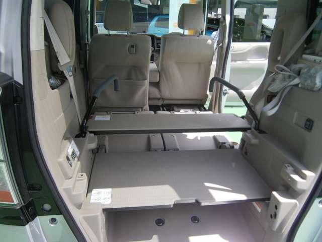 ラゲッジルームはマルチボード小、大、エンドボードの3点のボードを使って平らな床が作れる、積める量を増やせる、シートとあわせてベッドができる。広々空間を自由に変えられる完成した車です。