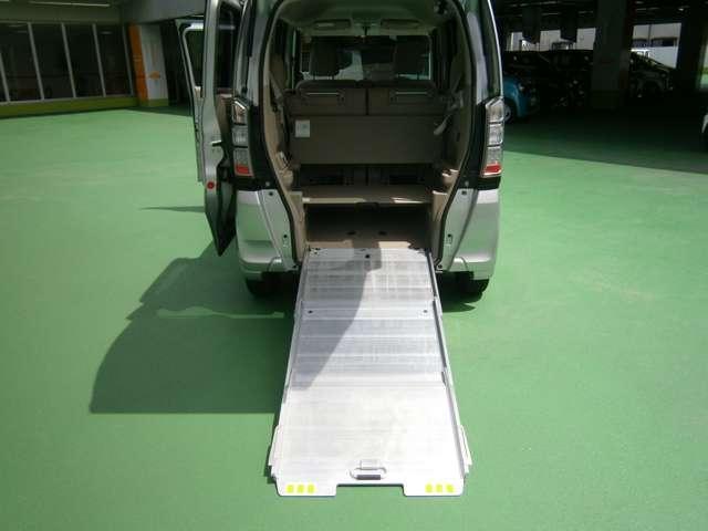 車椅子を載せる際の緩やかな傾斜のアルミスロープが装備されています。