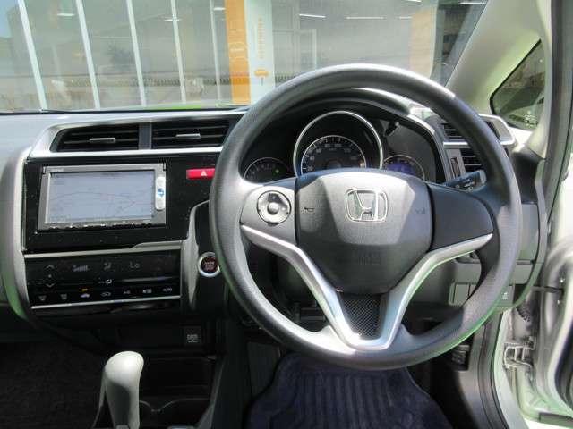 ハンドルにオーディオ操作ボタンがございます。視点を移さず、左手をハンドルから離すことなくチャンネルや各オーディオの切り替えやボリューム調整が感覚的にできますので安全運転にも役立ちますね。