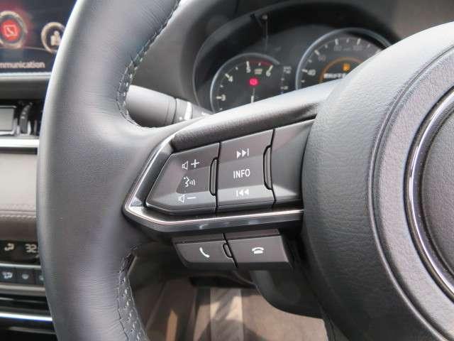 左のステアリングスイッチではオーディオ関係の操作が可能です