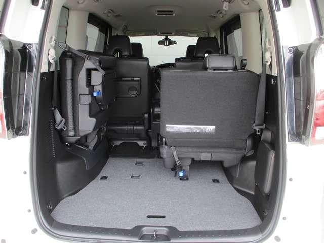 サードシートは両側に跳ね上げることでラゲッジスペースを広げることが出来ます。