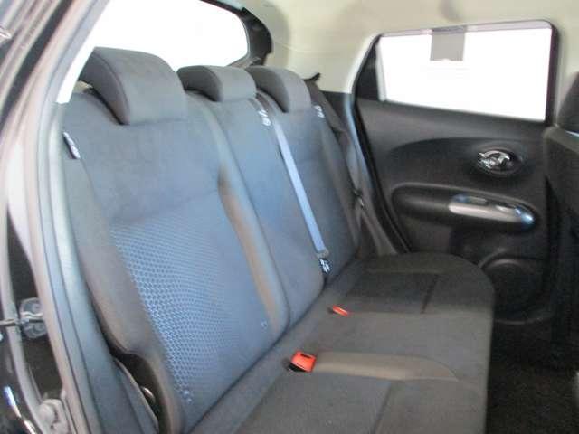 後部座席もシンプルなデザインで落ち着いた雰囲気です。