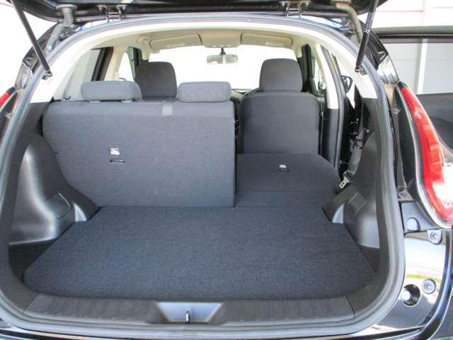 荷物に応じてシートを倒してラゲッジルームの広さを調整出来ます。