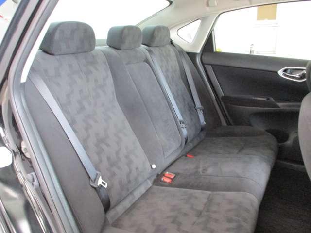ゆったりとくつろげる後部座席。