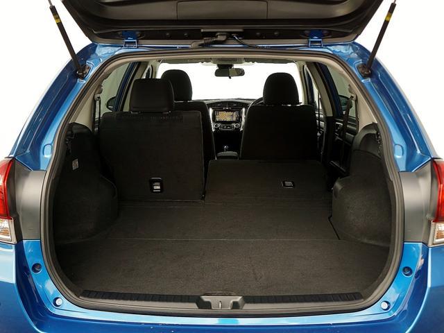 便利な6:4可倒式シートです。収納と乗車人数のバランスに優れています。