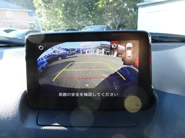 後退時に後方の安全確認をアシストするバックカメラを装着しております。夜間時や雨天時の駐車の際に大変重宝するアイテムでございます。