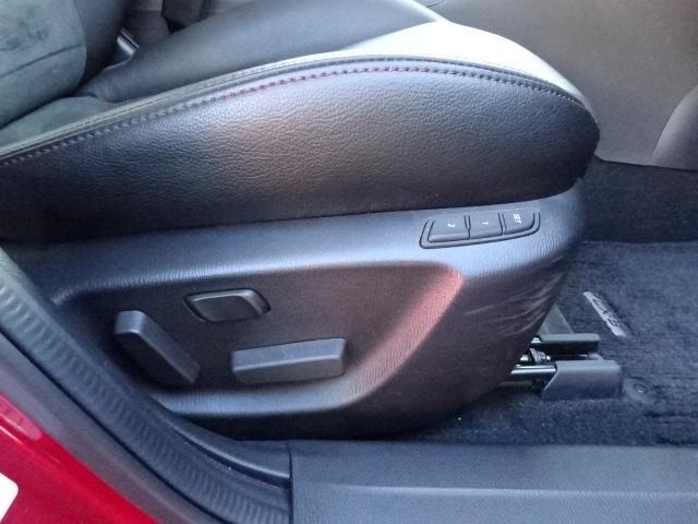 運転席シートに二名様分のポジションをメモリー可能なパワーシートを装備しています。寒い冬に嬉しいアイテムの運転席&助手席にシートヒーターも完備しております。