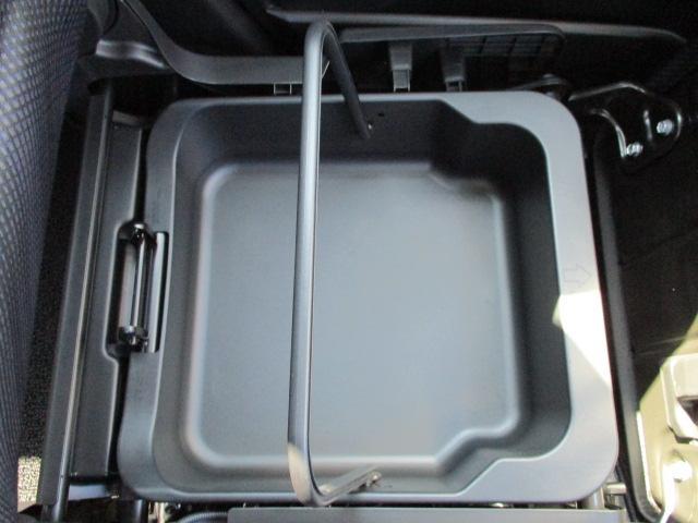 助手席下には隠れた収納があります!秘密を隠すのにぴったり!?