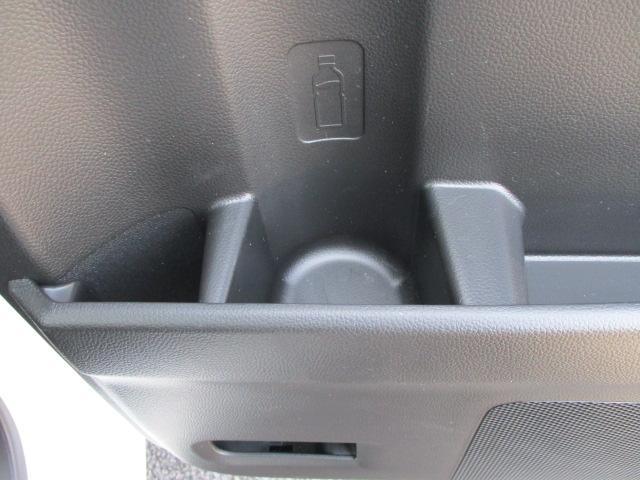 後席ドアにもペットボトルホルダーがあります。