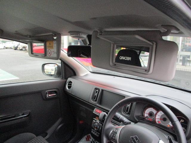 身だしなみチェックにかかせない「バニティーミラー」は、運転席と助手席の両方に付いています。