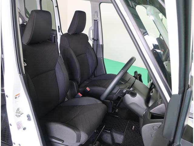 運転席と助手席の間はウォークスルーになっているので前後の移動も楽にできます。