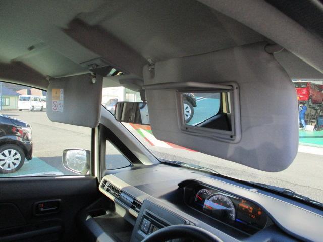 運転席にはバニティーミラーが付いています。
