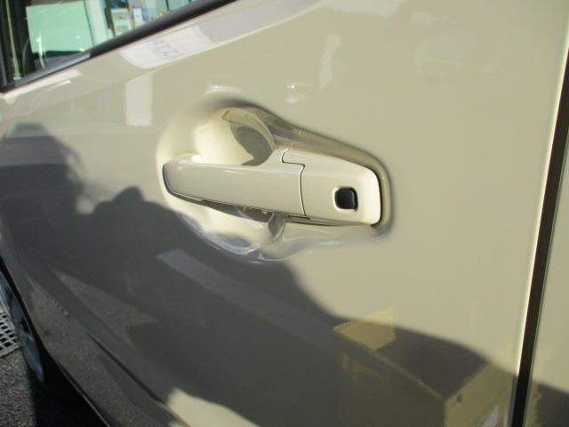 持ち手に設置されたプッシュボタンを押すことでドアを施錠・開錠できるドアハンドル。鍵を差し込むことなく開け閉めできるので鍵穴の周辺には細かいキズもなくキレイなボディをキープ!