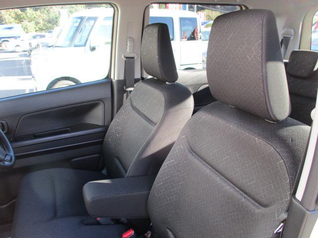 たっぷり幅のひじ掛けが付いた運転席は快適です!!