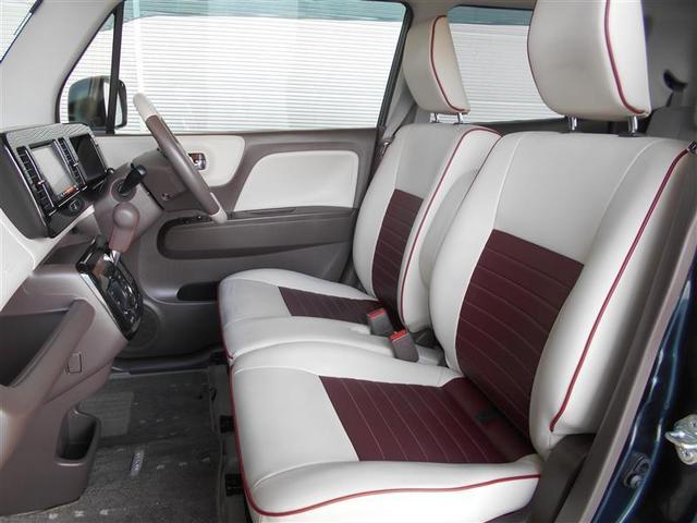 フロントベンチシートだから運転席足元もゆったり、広々快適です。助手席へのウォークスルーも楽々可能。