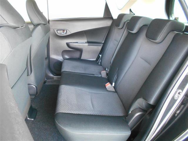 ゆったり座れるセカンドシート。足元も広々していて乗り心地もいいです。