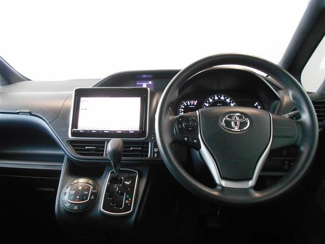 機能的で使いやすいデザインの運転席周り。ハンドルを握ったままオーディオ操作が可能なステアリングスイッチは、前方不注視のリスクを減らし安全運転をサポートします。