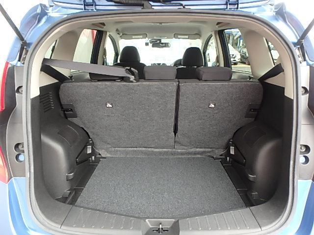 コンパクトカーでも荷物がたっぷり積めるラゲッジ。後席シートが分割可倒式だから荷物が多い時便利です