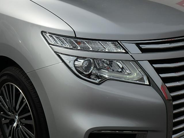 プロジェクター式LEDヘッドライト 拡散する光を効率よく照射範囲に集め、クッキリ・ハッキリ路面を照らしてくれます