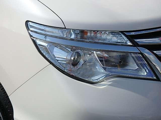LEDヘッドライト 拡散する光を効率よく照射範囲に集め、クッキリ・ハッキリ路面を照らしてくれます