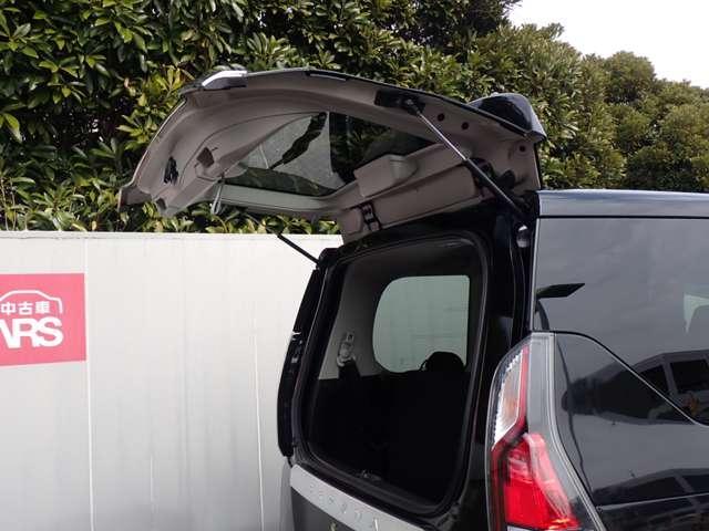 後の狭い駐車場などでの荷物の出し入れに便利なガラスハッチ