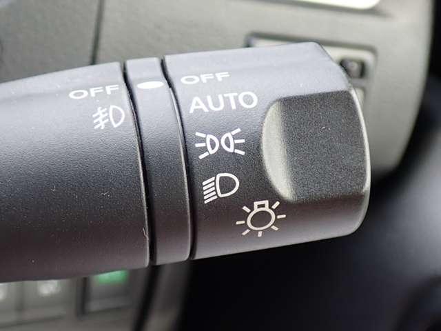 AUTOにすれば暗くなると自動でライトを点灯してくれる便利なオートライトシステム