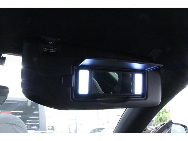 サンバイザーの裏には、ライト付のバニティーミラーを装備しているので、夜間でも身だしなみのチェックが可能です。