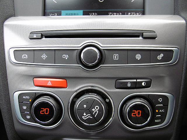 ハンドルリモコン対応のCDデッキを装備。左右独立温度調整オートエアコンで快適空調です。
