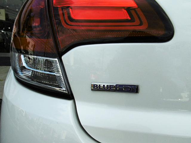 同レベルの性能のガソリンエンジンに比べCO2排出量、燃料消費量とも優れた環境性能を誇るブルーHDi