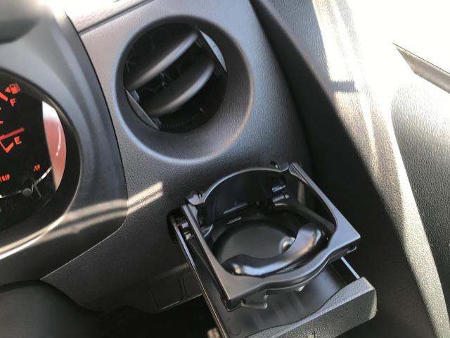 運転席用ドリンクホルダーは引き出し式となります。