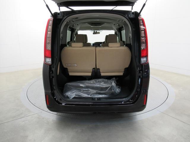 【トランク(ミニバン)】サードシートを格納すると大きな荷台スペースとなります。サードシートを起こした状態でも荷物はもちろん詰めます。使用使途に応じてアレンジしてください。